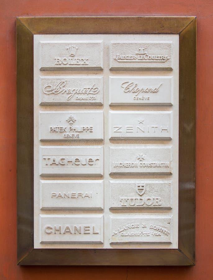 Рим, Италия - 13-ое мая 2018: Различные роскошные логотипы ` создателей вахты на стене магазина в Риме стоковая фотография rf