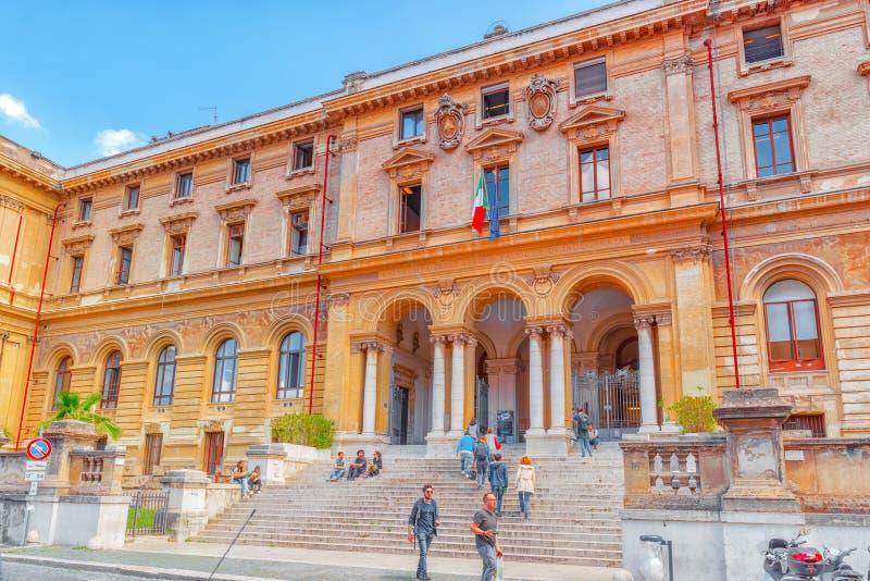 РИМ, ИТАЛИЯ - 8-ОЕ МАЯ 2017: ` S студента около университета Рима l стоковая фотография