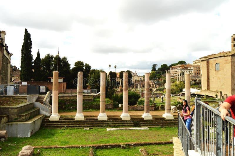 Рим, Италия 7-ое октября 2018: Взгляд римского форума в Риме, Италии Римский форум одно из главных туристских назначений внутри стоковое изображение