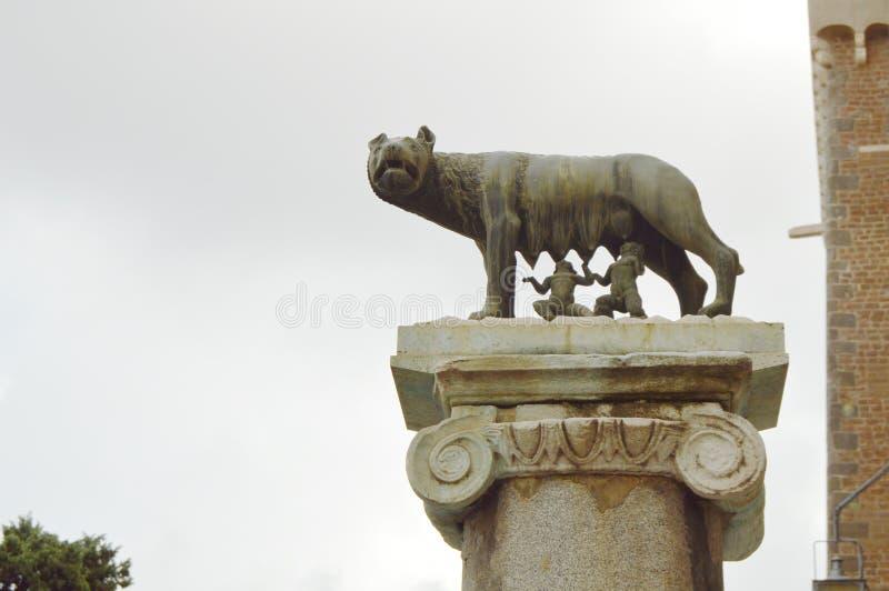 Рим, Италия 7-ое октября 2018: волк Capitoline, статуя основателя Romulus сосунка волка Рима и Remus против неба стоковое фото