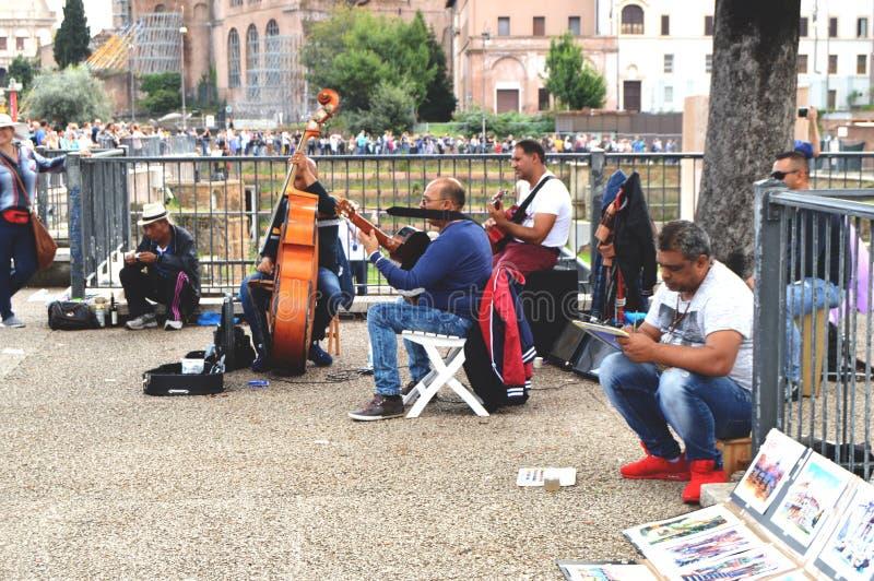 Рим, Италия - 7-ое октября 2018: Музыканты улицы счастливы развлечь туристов в исторической части города около римского стоковое изображение rf