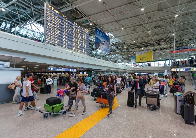 РИМ, ИТАЛИЯ - 15-ое сентября 2016: Пассажиры и полеты отклонения план-графика в авиапорт Fiumicino стоковая фотография rf