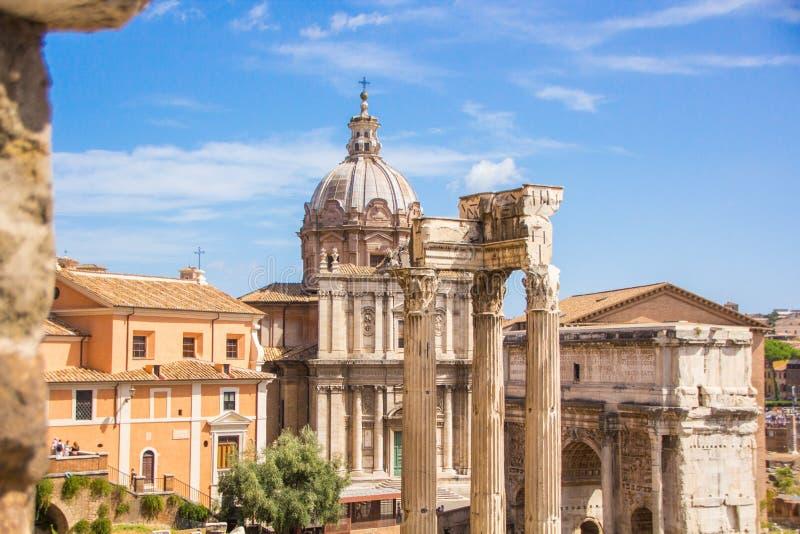 Рим, Италия - 12-ое сентября 2017: Сценарные старые руины римского Романо Foro форума в Риме, Италии стоковые фотографии rf