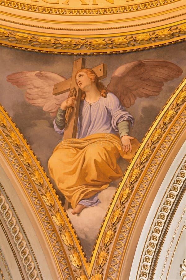 РИМ, ИТАЛИЯ, 2016: Символическая фреска ангела с крестом в бортовом куполке в церков Базилике di Santi Giovanni e Paolo стоковое фото