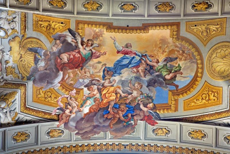 РИМ, ИТАЛИЯ: Фреска предположения девой марии Ludovico Mazzanti 1686 до 1775 в бортовой часовне церков Сан Ignacio стоковые фото