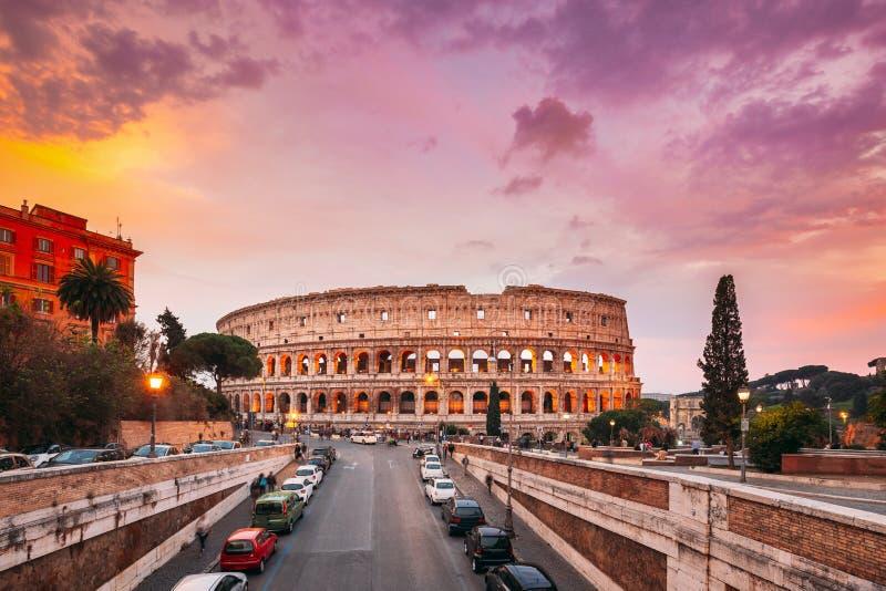 Рим, Италия Цветное солнце Небо над Колизеем Известно Также Как Флавийский Амфитеатр В Вечернее Время стоковое фото