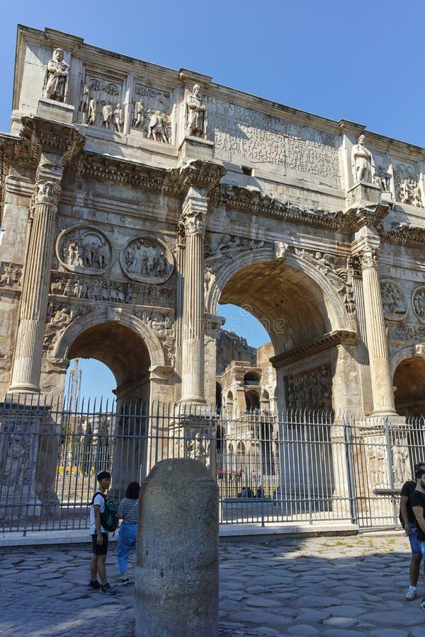 РИМ, ИТАЛИЯ - 23-ЬЕ ИЮНЯ 2017: Изумительный взгляд свода Константина около Colosseum в городе Рима стоковые изображения