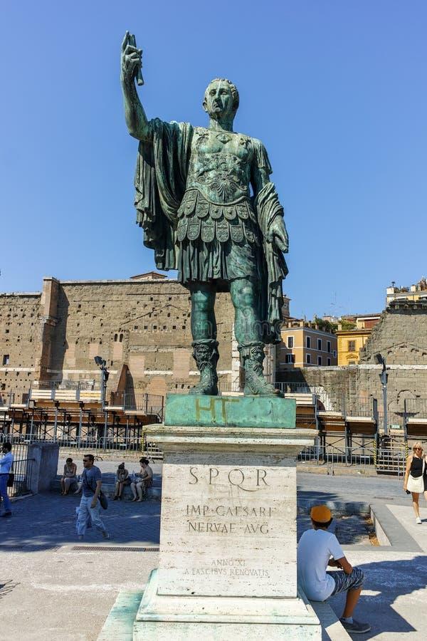 РИМ, ИТАЛИЯ - 23-ЬЕ ИЮНЯ 2017: Изумительный взгляд форума и статуи Augustus в городе Рима стоковые изображения