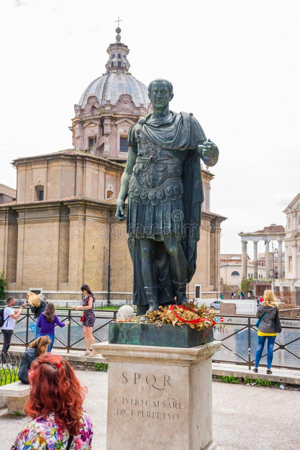 РИМ, ИТАЛИЯ - 3-ЬЕ МАЯ 2019: Бронзовая монументальная статуя цезаря в Риме, Италии стоковое фото