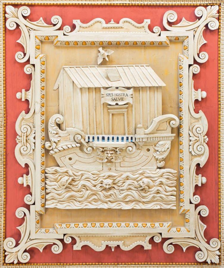 РИМ, ИТАЛИЯ, 2016: Coffered деталь потолка высекла панель с символическим Noah& x27; ковчег s в di Santa Maria базилики стоковые фотографии rf