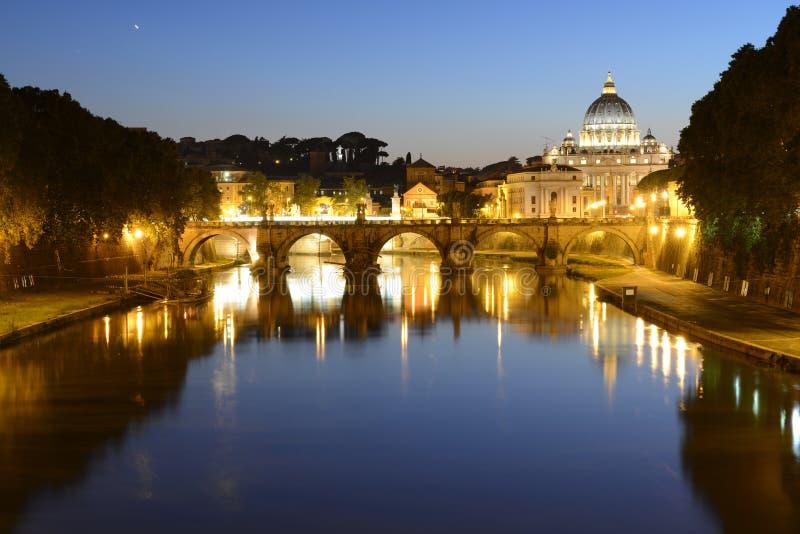 Рим, Италия, Базилика di Сан Pietro и мост Sant Angelo на ноче стоковое фото rf