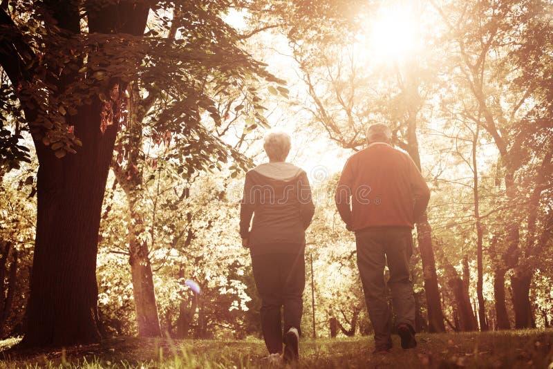 Ринв женщины и старшего человека jogging паркует совместно От b стоковое фото rf