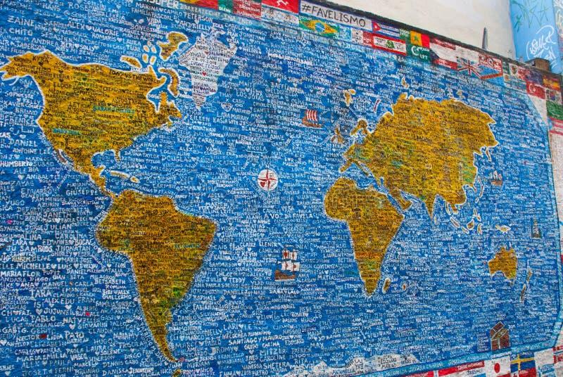 РИО-ДЕ-ЖАНЕЙРО, БРАЗИЛИЯ: Красивые граффити на стене Покрашенный на фасаде карт мира иллюстрация вектора