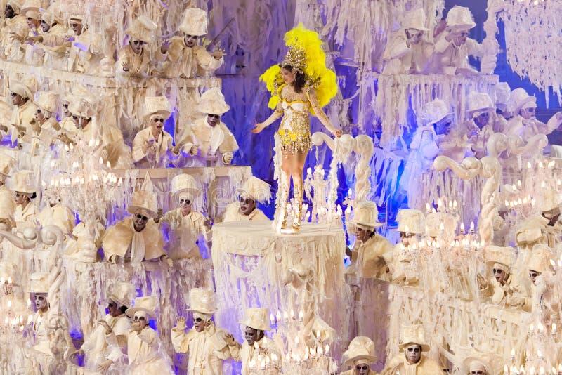 РИО-ДЕ-ЖАНЕЙРО - 11-ОЕ ФЕВРАЛЯ: Покажите с украшениями на масленице стоковые изображения rf