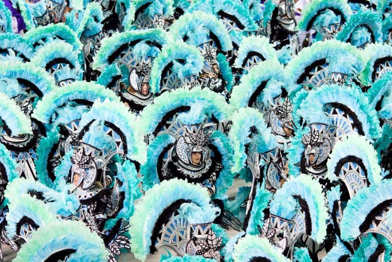 РИО-ДЕ-ЖАНЕЙРО - 11-ОЕ ФЕВРАЛЯ: Танцоры в костюме на масленице на стоковые фотографии rf