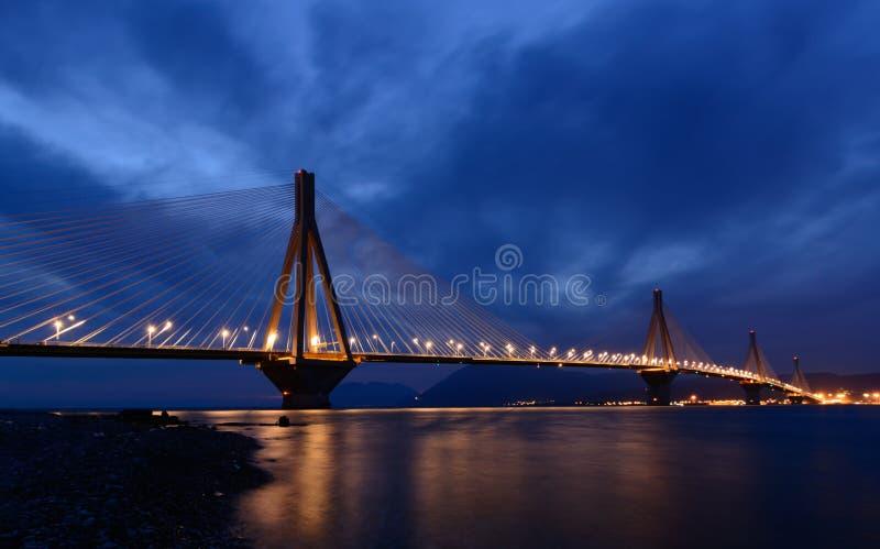 Рио - мост Antirio на ноче стоковое фото rf