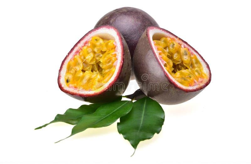 Рип-страсть плод с фиолетовой кожей и сочная желтая плоть стоковое фото