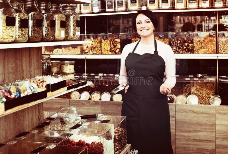 Рисберма женщины брюнет нося и гайки продавать стоковые фото