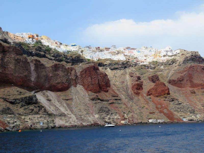 Рискованное предприятие красного пляжа на Santorini, Греции стоковое фото rf