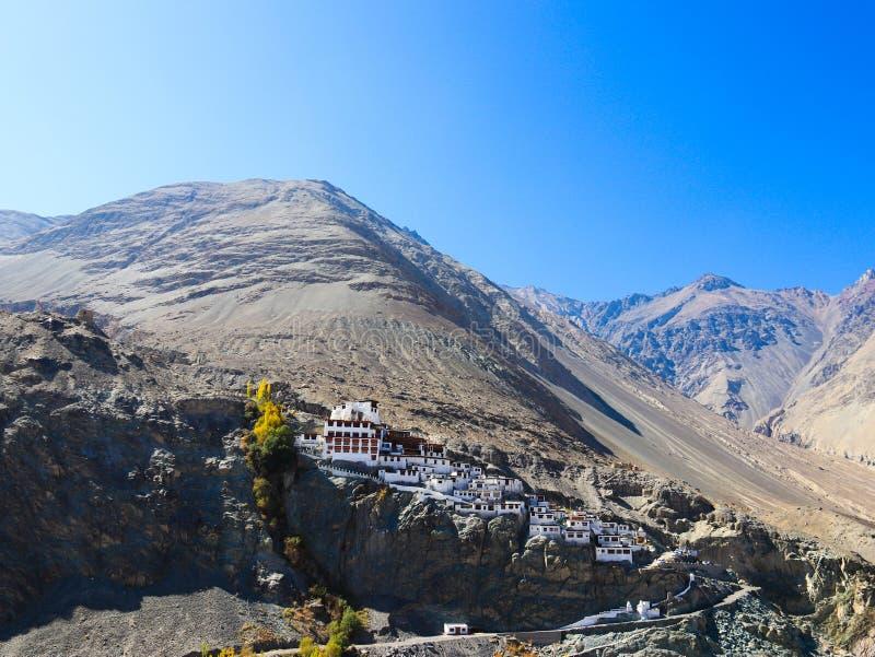 Рискованное предприятие монастыря Bhudhist на высокой горе в Leh Ladakh, Индии стоковые фотографии rf