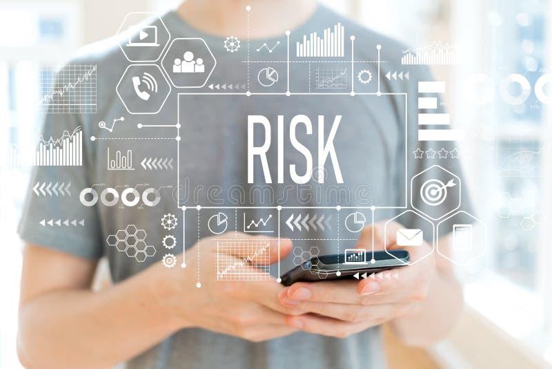 Риск при человек используя smartphone стоковые фотографии rf