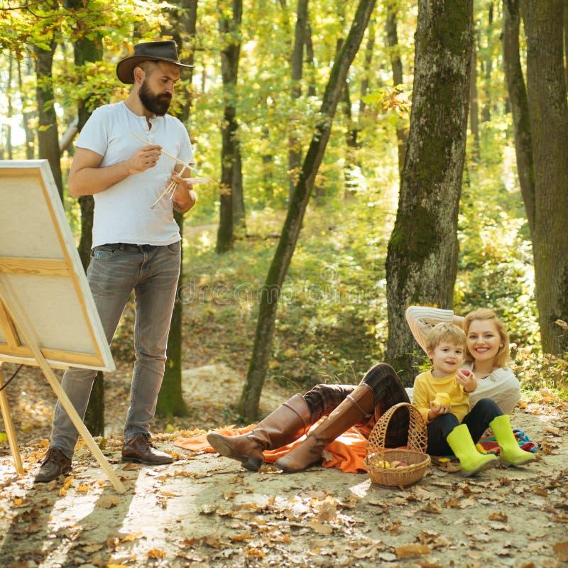 Рисование в природе Начать новый рисунок Красота природы Медвежья женщина и милый сын расслабляют осеннюю природу Рисунок стоковые изображения