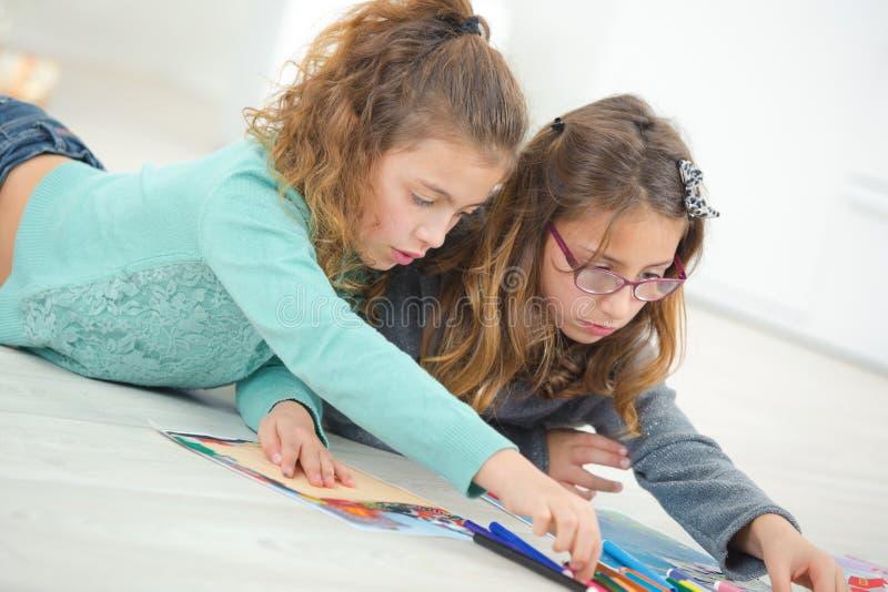 Рисовать 2 маленьких девочек стоковая фотография rf