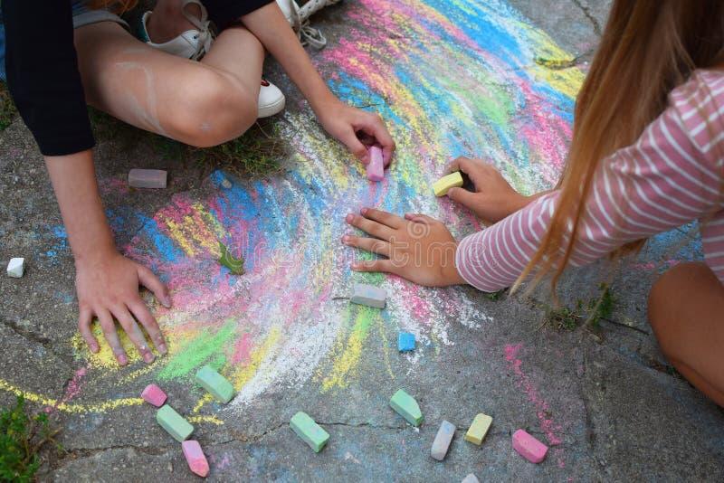 Рисовать 2 предназначенный для подростков девушек стоковое фото