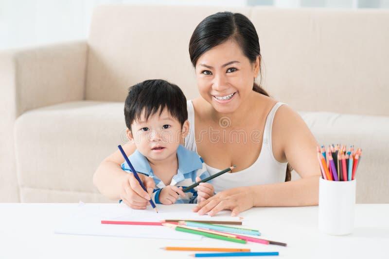 Download Рисовать с мамой стоковое фото. изображение насчитывающей малыш - 33739484