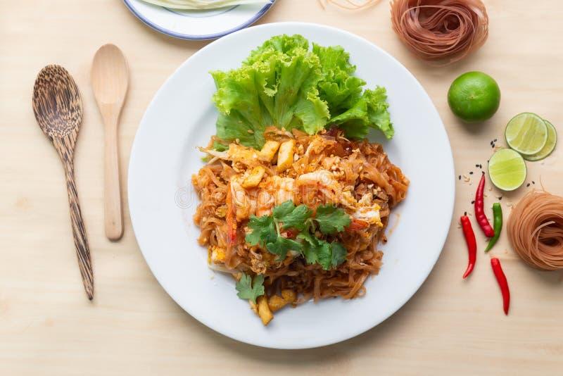 Рисовые лапши с креветками 'Pad Thai', одна из знаменитых блюд в Таиланде, вид сверху стоковое фото