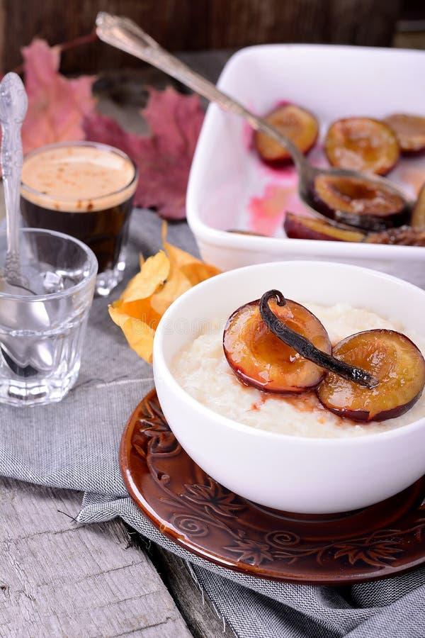 Рисовый пудинг с сливами ванили карамельки стоковое фото rf