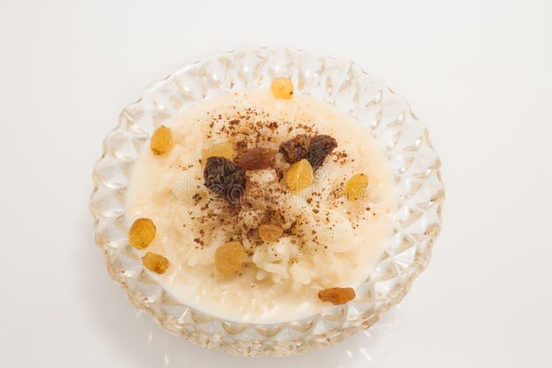 Рисовый пудинг с циннамоном и изюминками стоковая фотография
