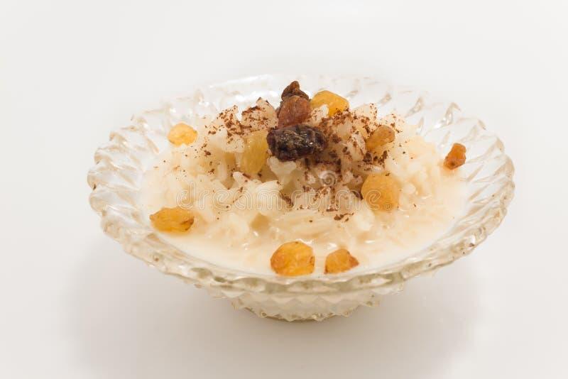 Рисовый пудинг с циннамоном и изюминками стоковое фото