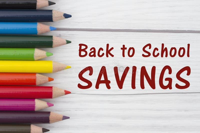 Рисуйте Crayons с текстом назад к сбережениям школы стоковые фото