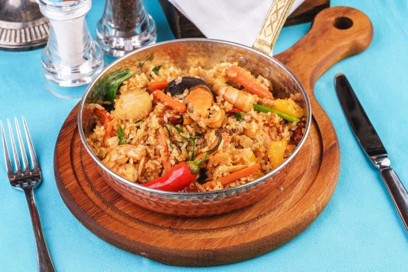 Рис, жареный овощами - зеленые, морковь, красный перец, лук и Ð¼Ð¾Ñ€ÐµÐ¿Ñ€Ð¾Ð´ÑƒÐºÑ стоковое изображение rf