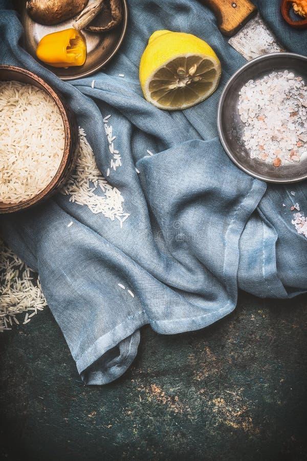 Рис и вегетарианец варя ингридиенты на темной деревенской предпосылке с салфеткой кухни, взгляд сверху еда здоровая стоковое изображение rf