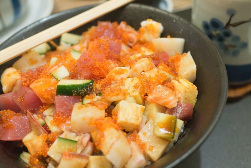 Рис и сырые рыбы очень популярны с туристами посещая рыбный базар Потому что отличительное меню которое свежо и легко стоковое изображение rf