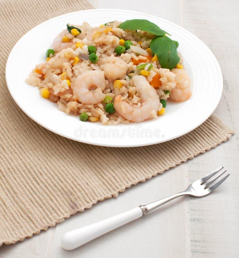 Рис и шримсы с взглядом сверху овощей стоковые изображения