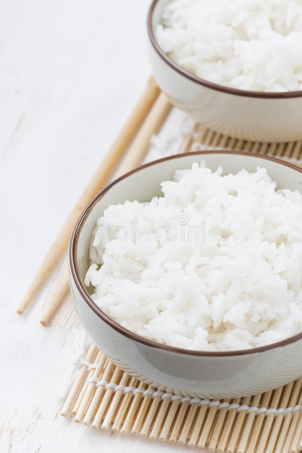 Рис китайского традиционного пара белый, вертикаль крупного плана стоковые фото