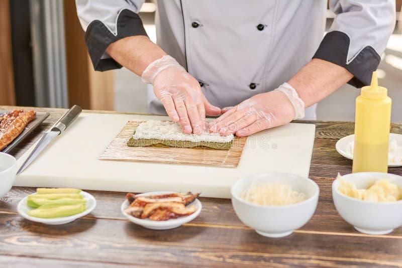 Рис рук шеф-повара касающий белый стоковое фото