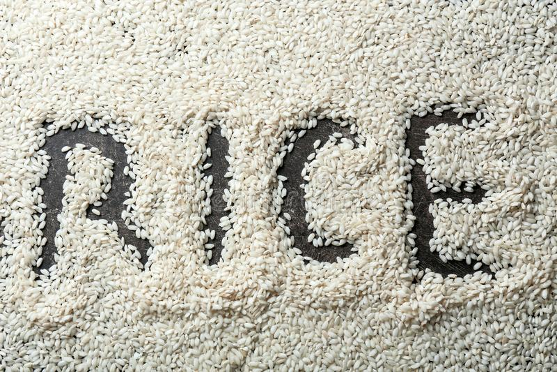РИС слова сделал с зернами на серой предпосылке стоковое фото rf