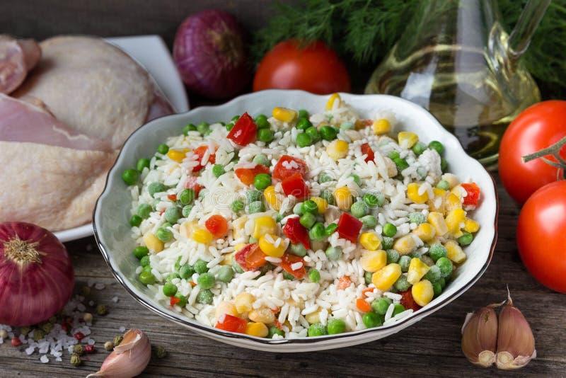 Рис с овощами и бедренными костями цыпленка для варить стоковые фото