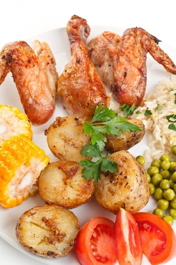 рис цыпленка зажарил в духовке крыла овощей стоковое фото