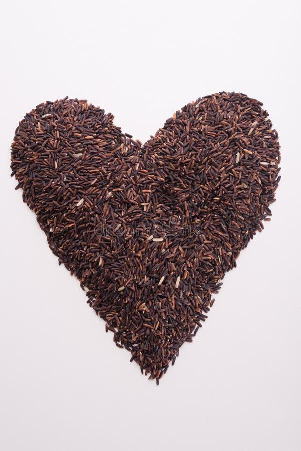 Рис Riceberry в форме сердца и красном сердце стоковое изображение
