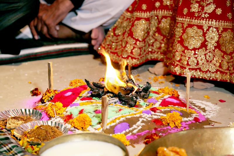Ритуалы свадьбы подноса огня индийские стоковые изображения
