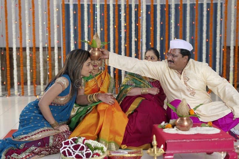 Ритуал в индийской индусской свадьбе стоковые фото
