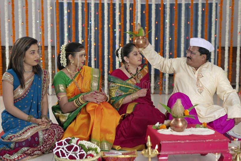 Ритуал в индийской индусской свадьбе стоковое фото rf