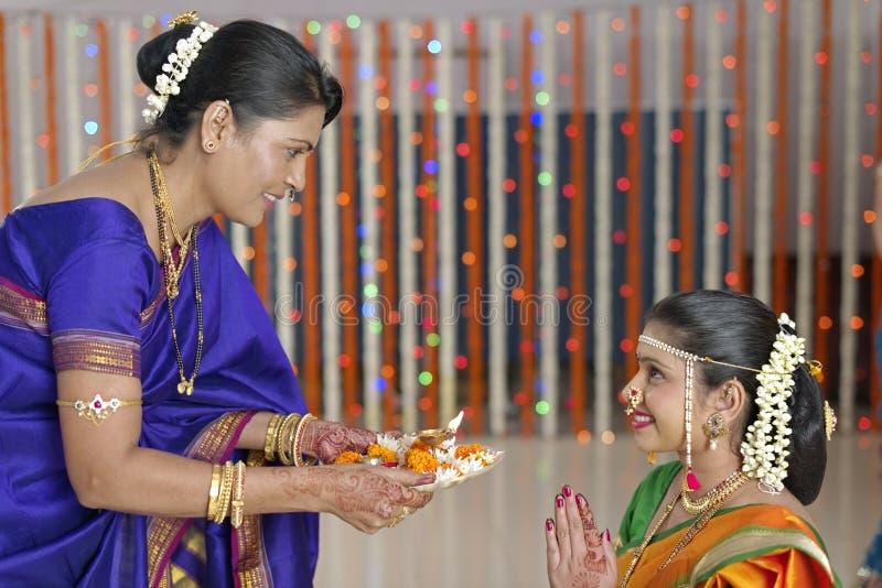 Ритуалы в индийских индусских уважении и благословениях показа свадьбы. стоковое фото