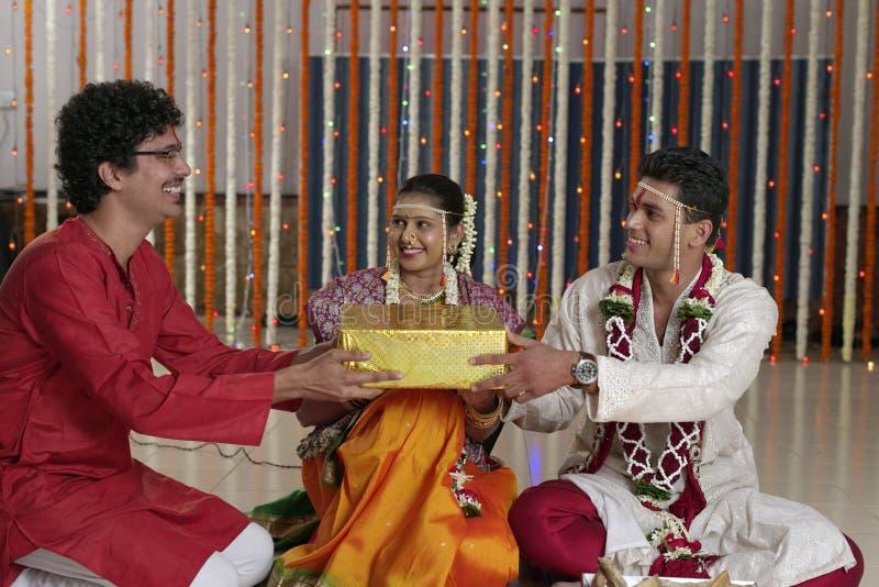 Ритуалы в индийской индусской свадьбе стоковое фото rf
