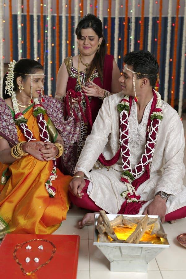 Ритуалы в индийской индусской свадьбе стоковые фото